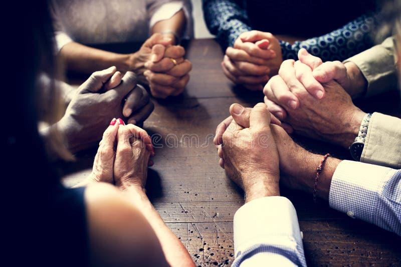 Разнообразная группа в составе христианские люди моля совместно стоковое изображение rf