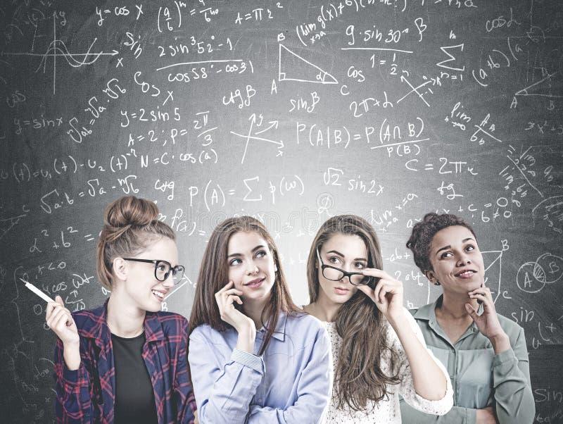 Разнообразная команда молодых женщин, формула науки стоковая фотография rf