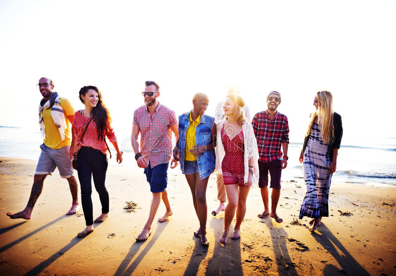 Разнообразная концепция выпуска облигаций потехи друзей лета пляжа стоковое изображение rf