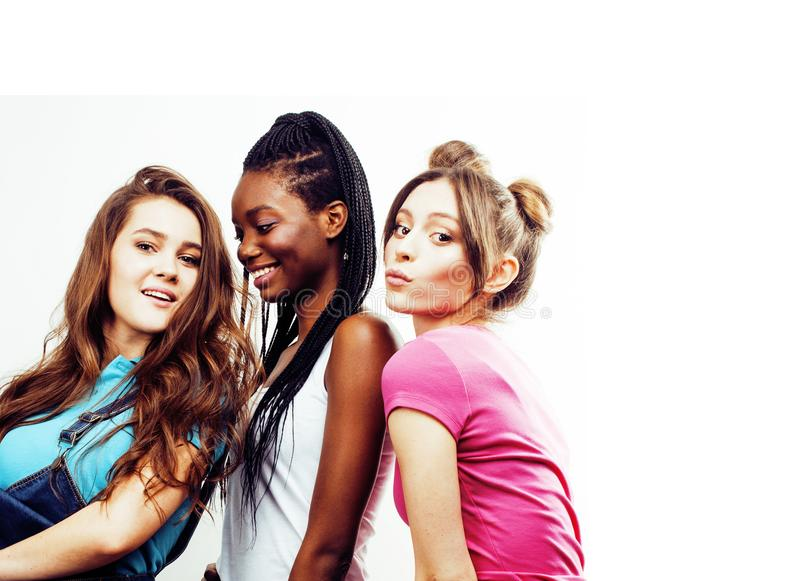 Разнообразная multi группа девушек нации, подростковое cheerf компании друзей стоковое фото