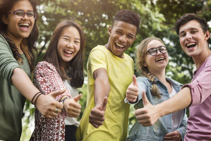 Разнообразное молодые люди большого пальца руки группы вверх по концепции стоковая фотография