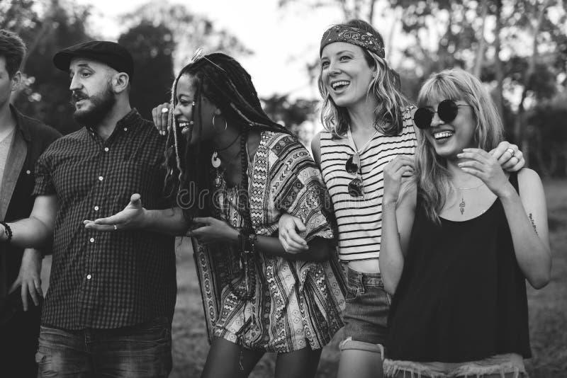 Разнообразное перемещение друзей на поездке совместно стоковые фото