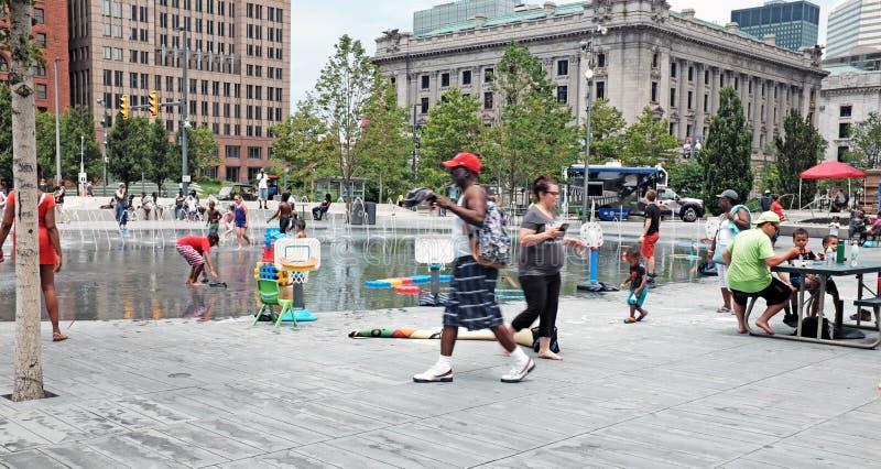 Разнообразное Clevelanders тратит после полудня лета на публичной арене в городском Кливленд, Огайо, США стоковые изображения