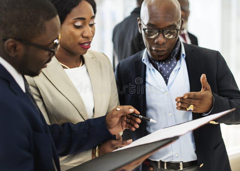 Разнообразные бизнесмены встречая концепцию партнерства стоковое изображение rf