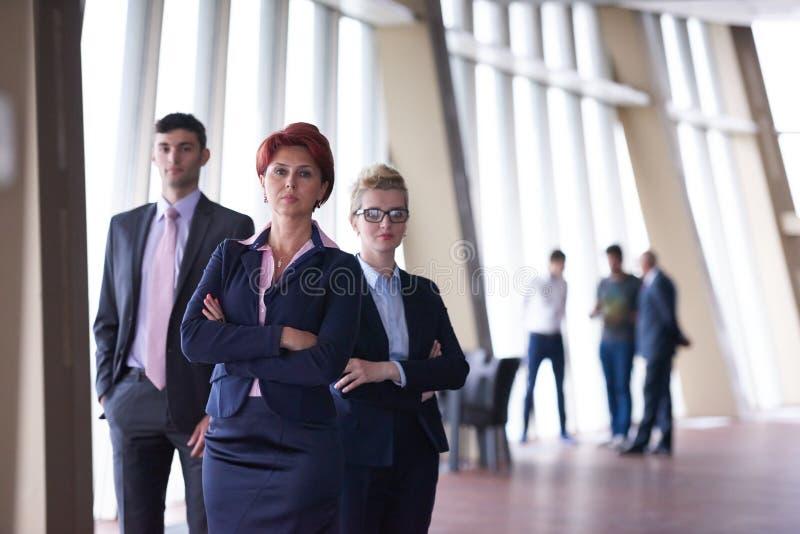 Разнообразные бизнесмены группы с женщиной redhair в фронте стоковая фотография rf