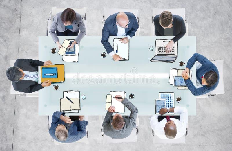 Разнообразные бизнесмены имея встречу в офисе стоковая фотография