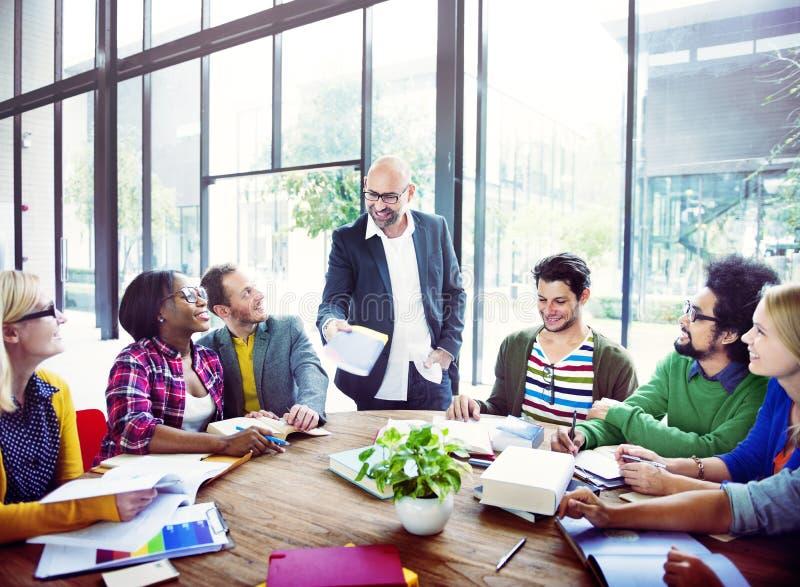 Разнообразные вскользь бизнесмены в встрече
