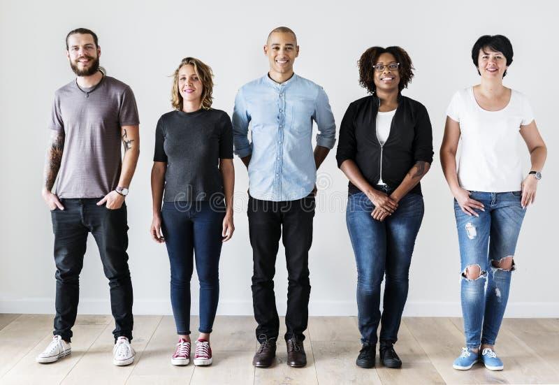 Разнообразные друзья стоя совместно вскользь одежда стоковые изображения