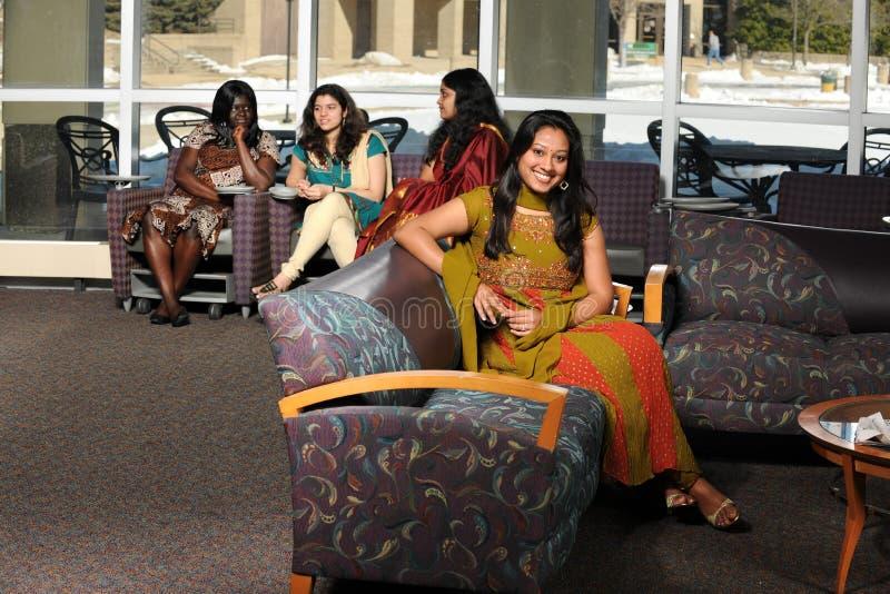 разнообразные женские студенты группы стоковые фото