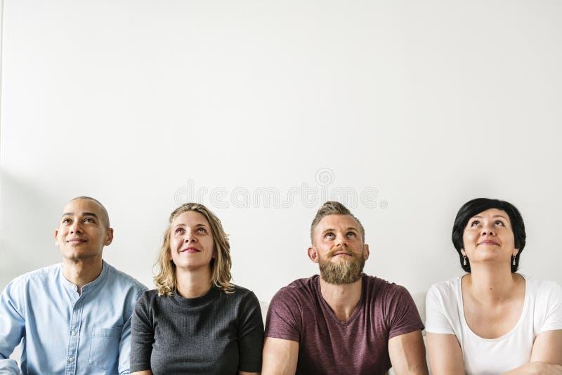 Разнообразные люди сидя с заботливым выражением стороны стоковое изображение rf