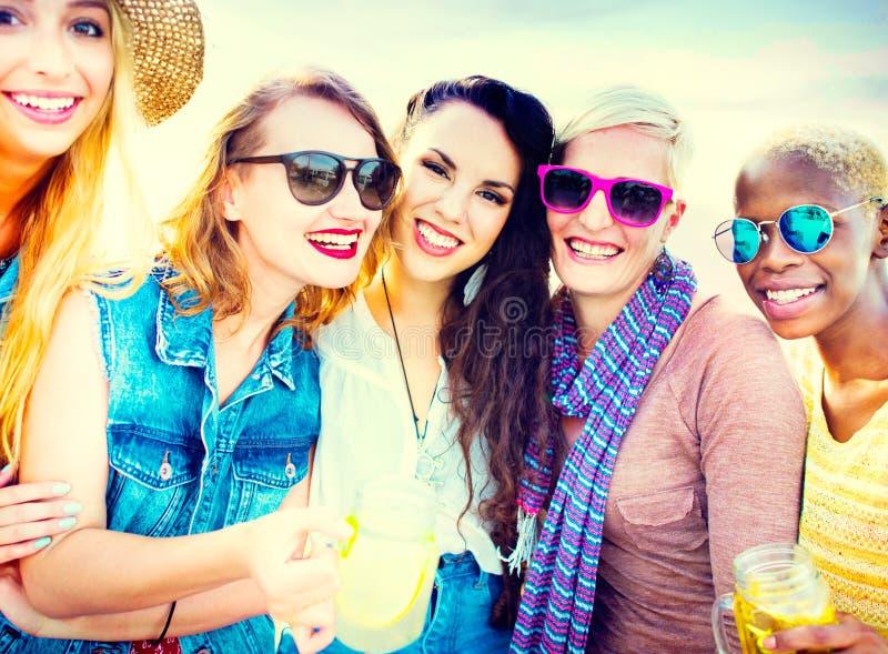 Разнообразные подруги лета пляжа скрепляя концепцию стоковая фотография rf