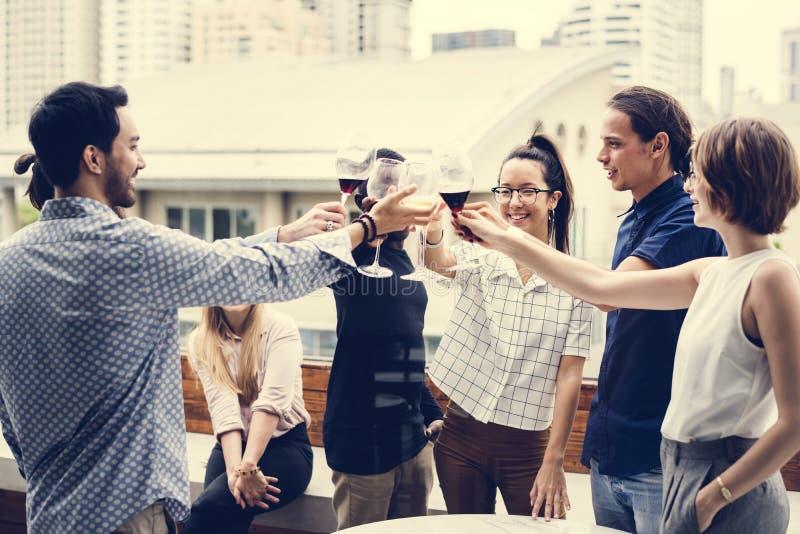 Разнообразные приветственные восклицания людей совместно на партии стоковое фото rf