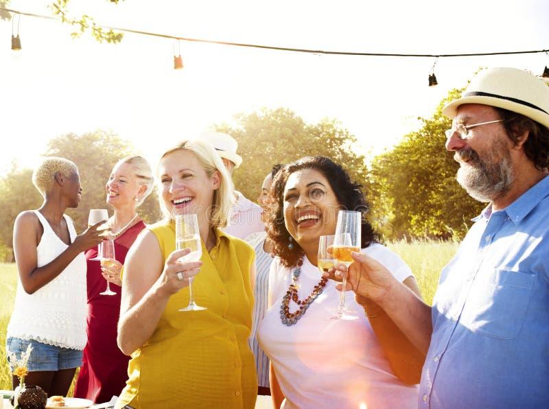 Разнообразные соседи выпивая концепцию двора партии стоковая фотография rf