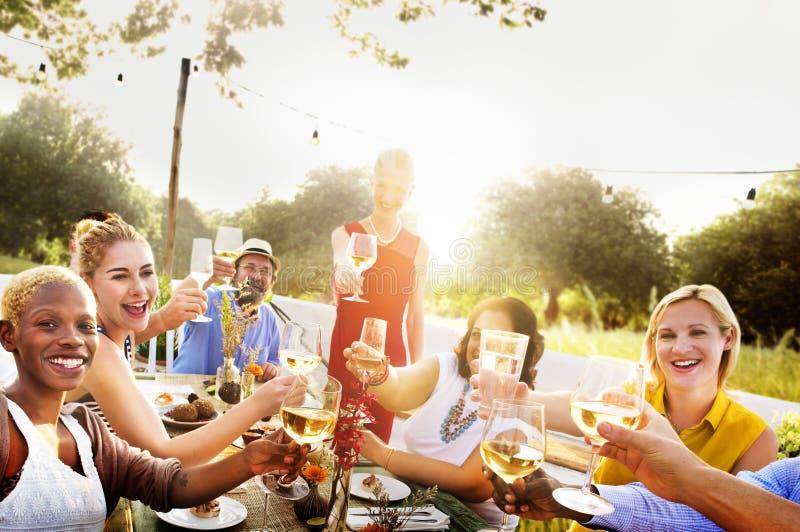 Разнообразные соседи выпивая концепцию двора партии стоковые изображения