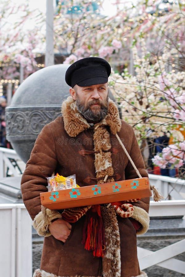 Разносчик на русском национальном ` фестиваля Shrove ` на квадрате Tverskaya в Москве стоковое изображение rf