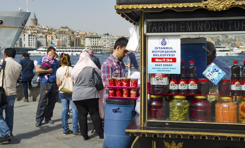 Разносчик, традиционные турецкие соленья различных плодоовощей и veget стоковая фотография rf