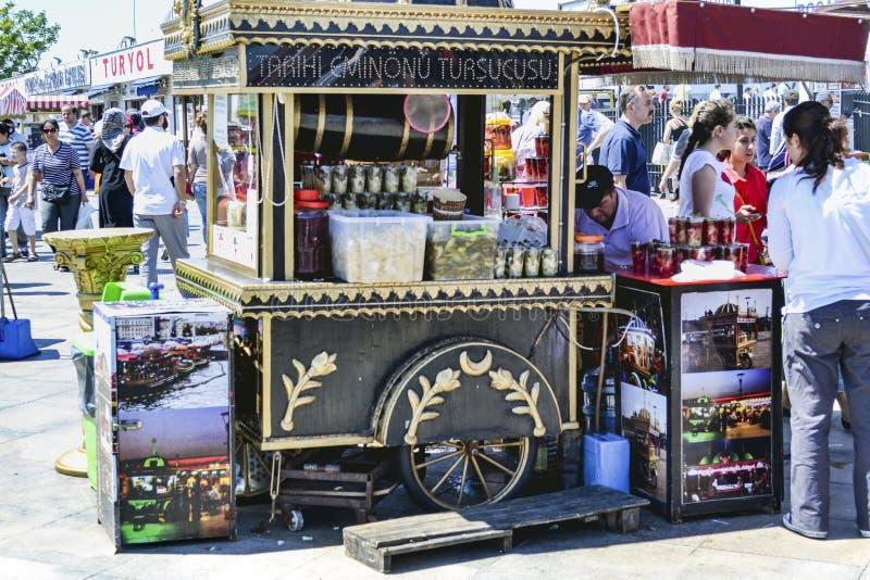 Разносчик, традиционные турецкие соленья различных плодоовощей и veget стоковые фотографии rf