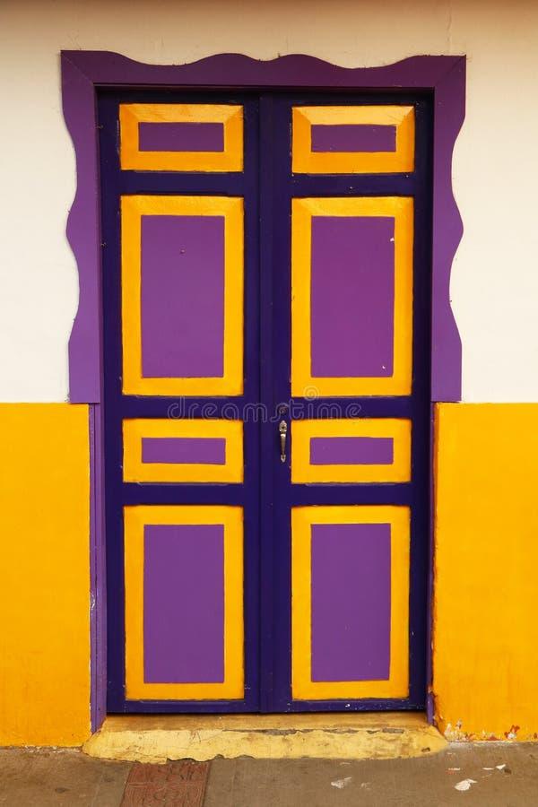 Разноцветная дверь в колумбийской деревне стоковая фотография rf