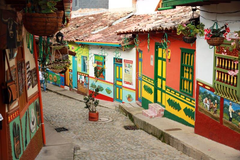 Разноцветные дома в колумбийской деревне стоковые фотографии rf