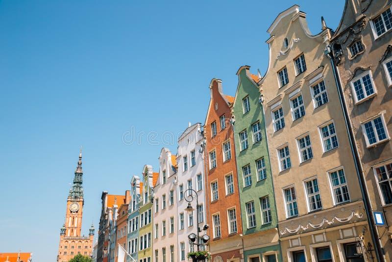 Разноцветные здания и ратуша на улице Лонг-Маркет в Гданьске, Польша стоковая фотография