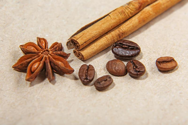 Разные виды конца-вверх кофейных зерен, зеленого кофе, ручек циннамона и анисовки играют главные роли, на винтажной бумаге, макро стоковые фото