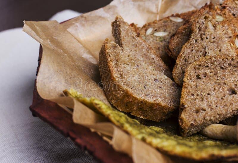 Разные виды свежего хлеба на бумаге хлебопекарни конец вверх стоковые изображения