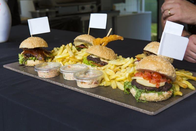 Разные виды сервировки шеф-повара hamburgs с сосиской стоковое фото