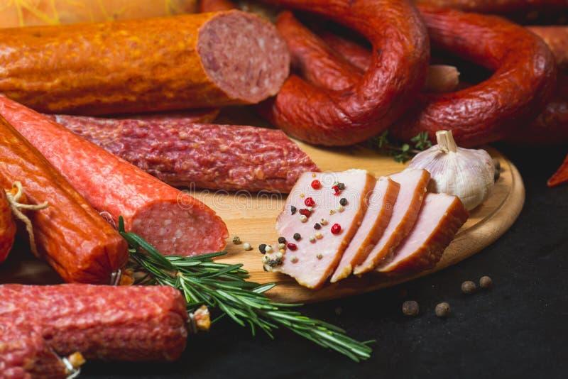 Разные виды сосисок и мясных продуктов на черной предпосылке стоковое изображение rf