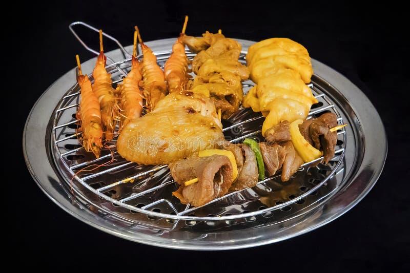 Разные виды kebabs зажарены на безопасном электрическом гриле в кухне ресторана Варить дома Зажаренная креветка, стоковые фотографии rf