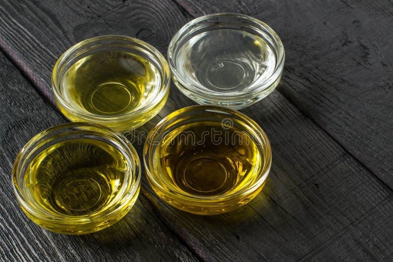 Разные виды постного масла в стеклянных шарах стоковые фото