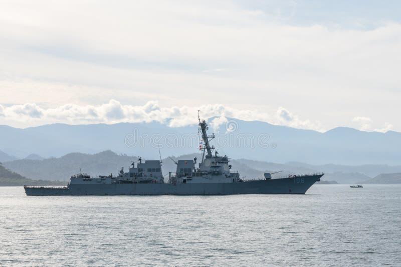 Разоритель Американского флота USS Stockdale DDG-106 плавает в заливе Padang во время многосторонней военноморской тренировки Kom стоковые изображения rf