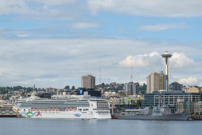 Разоритель туристического судна и Американского флота стоковое фото