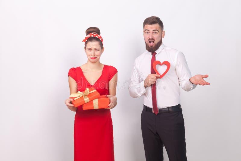 разочарование Женщина держа подарочную коробку и выкрик, укомплектовывает личным составом confused стоковые изображения