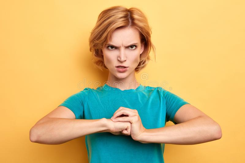 Разочарованная нервная женщина проникая вверх по ее кулакам стоковая фотография rf