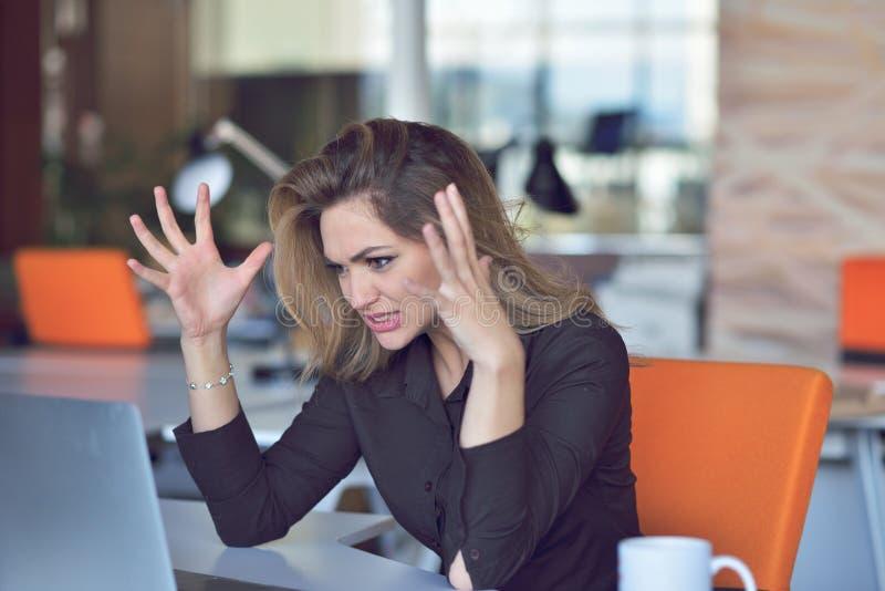 Разочарованная сердитая женщина кричащая на ее компьтер-книжке стоковые фотографии rf