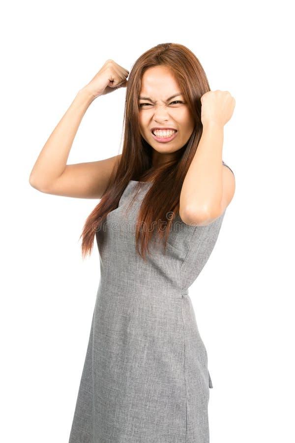 Разочарованный азиатский шарик кулаков истерики закала девушки стоковое изображение rf