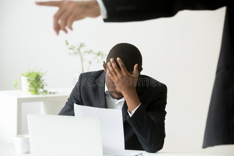 Разочарованный безвыходный Афро-американский работник офиса получая увольнянный стоковые изображения rf