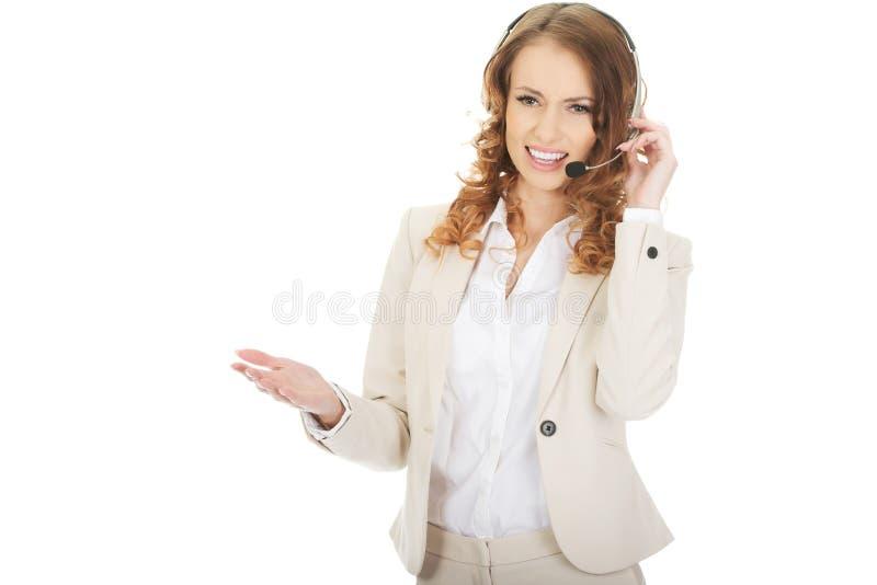 Разочарованный говорить женщины центра телефонного обслуживания стоковая фотография rf