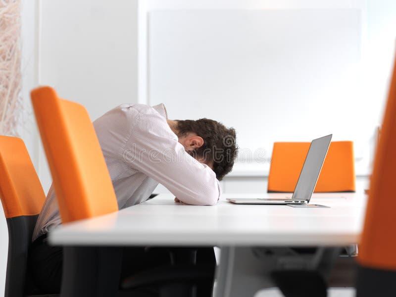 Разочарованный молодой бизнесмен на офисе стоковое изображение