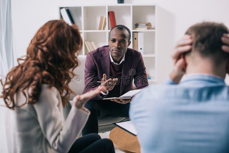 Разочарованный divorcing советник пар и афроамериканца стоковое изображение