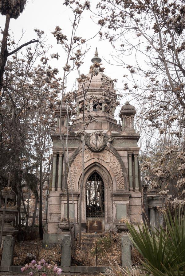 Разработанная архитектура на усыпальнице в национальном кладбище ( Cementerio Генерал de Santiago) , Сантьяго, Чили стоковое фото rf
