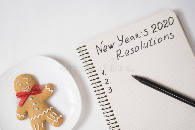 Разрешение 2020 года в записной книжке и ручке Гингерхлебец на столе стоковое изображение rf