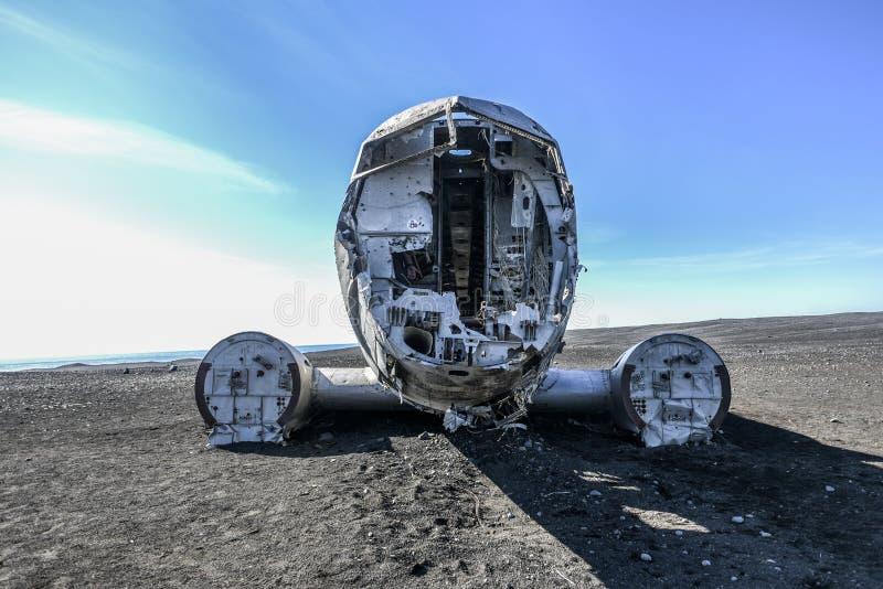 Разрушайте самолет разбитый с побережья Исландии, туристической достопримечательности стоковое фото