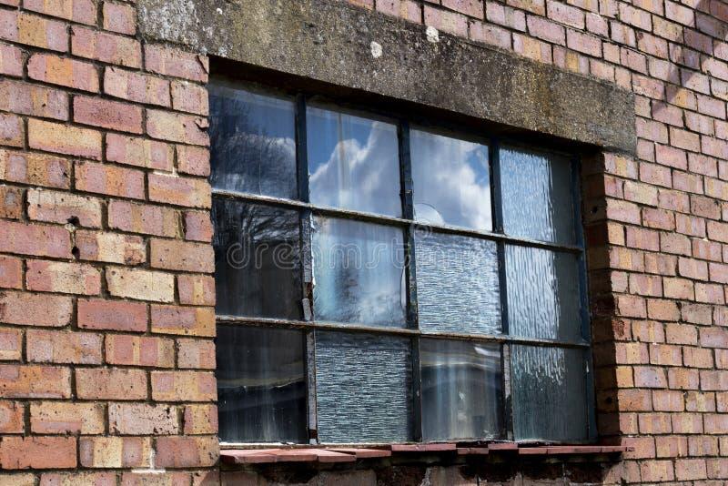 Разрушанная оконная рама металла стоковая фотография rf