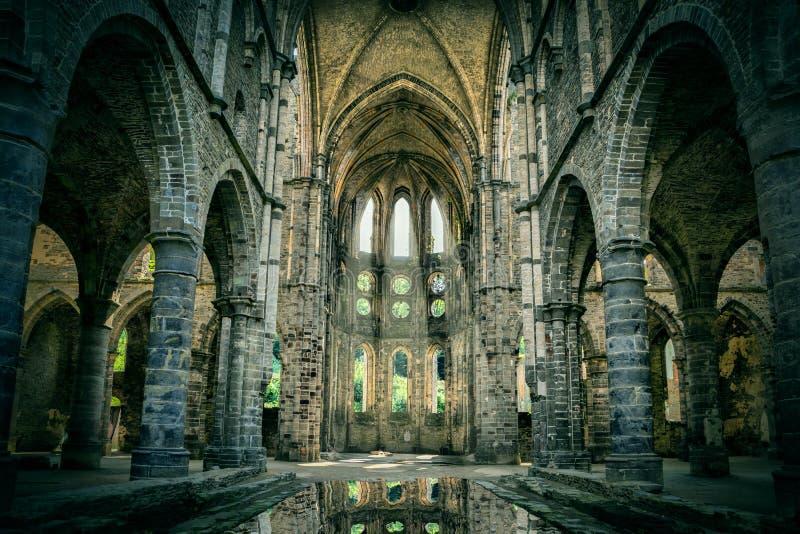 Разрушанная церковь в покинутом аббатстве Villers стоковые изображения rf
