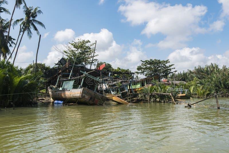 Разрушанная шлюпка рыболова развязности села на мель около берега реки a стоковые изображения rf