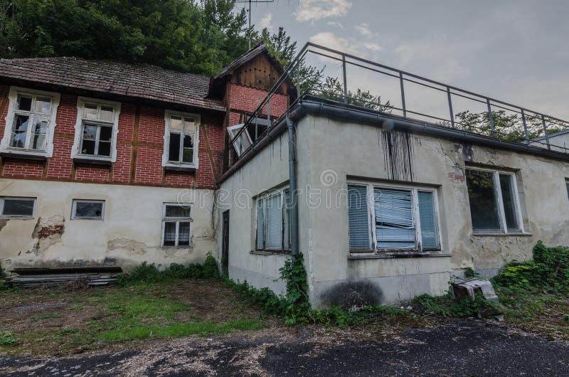 разрушанный дом в лесе стоковая фотография rf