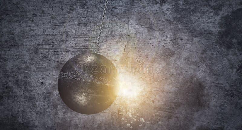 Разрушать стену шарика ломая, концепция продвижения дела стоковая фотография