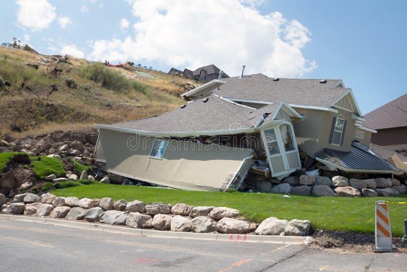 Разрушение нового дома в оползне после проливных дождей стоковые фотографии rf