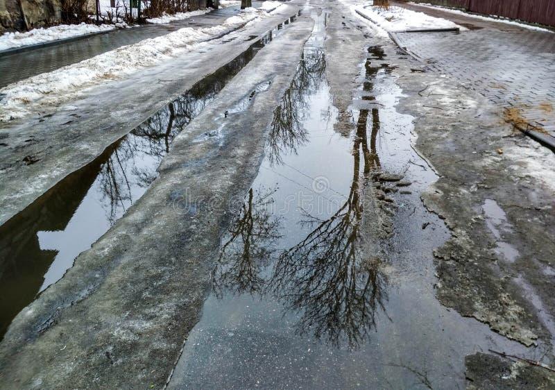 Разрушение дорог весной стоковое фото